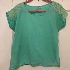 100% cotton boxy top w embroidered shoulder detail